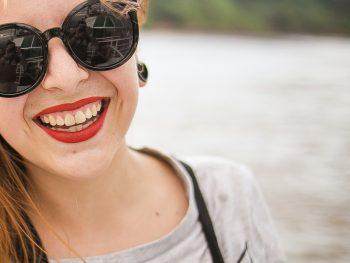 Naturlige tænder er typisk grålig hvide. Det giver et mere naturligt smil