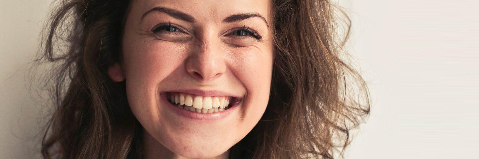 Tandbro designet og fremstillet i keramik ligner ægte naturlige tænder